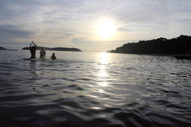 Yoga Retreats Hoi An - Aum Yoga Vietnam: Students enjoying the ocean a sunset during their yoga retreat on Cham Islands, close to Hoi An.